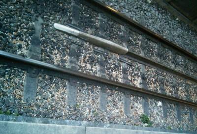 Concentration de mégots sur les rails de la ligne C du RER (Photo Yohan Lafragette)