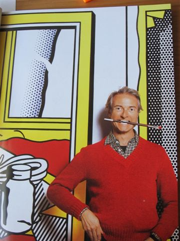 Photo de l'artiste devant une de ses œuvres en 1982