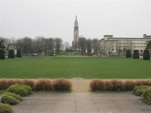 Le parc de la cité internationale et l'église du Sacré-Cœur de Jésus