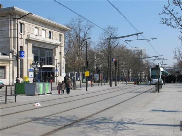 Station « Cité Universitaire » du RER B et boulevard des Maréchaux emprunté depuis 2006 par la ligne 3 du Tram