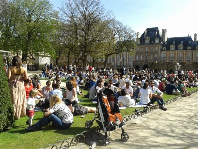 Photographie 3 : Désir de pelouse, Place des Vosges, Paris, 14 avril 2013, Copyright © L. Bourdeau-Lepage