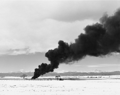 Robert Adams, Résidus de pétrole en feu au nord de Denver, Colorado, 1973-1974 (Fraenkel Gallery, San Francisco et Matthew Marks Gallery, New York)