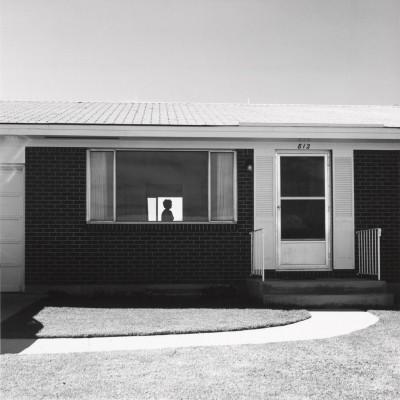 Robert Adams, Colorado Springs, Colorado, 1968  (Fraenkel Gallery, San Francisco et Matthew Marks Gallery, New York). Une des photographies les plus célèbres de Robert Adams où se ressent incontestablement l'influence du peintre américain Edward Hopper.