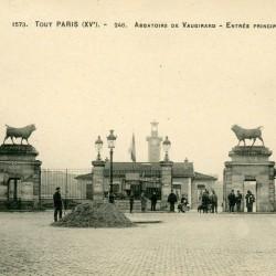 Abattoirs de Vaugirard, vers 1900: entrée principale, avec les deux taureaux réalisés par Isidore Bonheur provenant de l'Exposition universelle de 1878; au fond le campanile (Source : http://paris1900.lartnouveau.com)