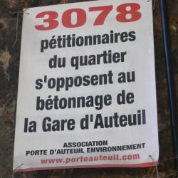 Sur un mur latéral de la gare d'Auteuil. Cliché Denis Wolff