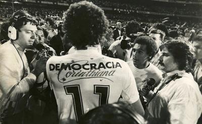 1964, Socrates, du club des Corinthiens de Sao Paulo, affiche les valeurs de la démocratie.