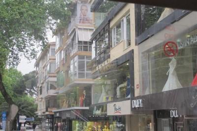 L'avenue de Bagdad et ses magasins de luxe