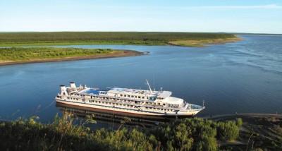 Le bateau de croisière Mikhaïl-Svetlov sur la Lena (source: grandsespaces.ch)