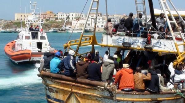 Arrivée d'un bateau chargé de migrants clandestins à Lampedusa peu avant la catastrophe du 3 octobre 2013 qui a fait environ 350 victimes.