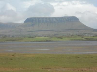Ben Bulben vu de la flèche de Conor's island  vers le SE.            Photos Ch. Le Cœur (15mai 2012)