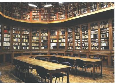 La Bibliothèque, installée dans l'ancien chœur de la chapelle