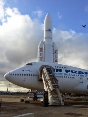 Le Boeing 747 et la fusée Ariane sur le tarmac du Bourget (cliché J.-P. Némirowsky)