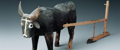 Bœuf et charrue en bois découverts dans une tombe en 1972 (Musée provincial du Gansu). Cet ensemble sculpté, daté des Han de l'Ouest, témoigne de la diffusion des pratiques de culture attelée dans les territoires lointains de l'ouest chinois.