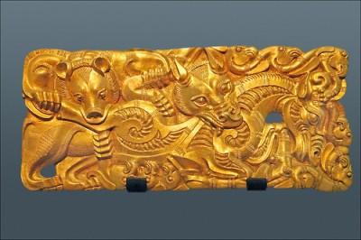 Boucle de ceinture en or découverte en 1995 dans une tombe princière située dans la province du Jiangsu (Musée de Xuzhou). Une véritable virtuosité technique pour un motif en léger relief figurant deux bêtes sauvages mordant l'encolure d'un cheval. Cette pièce exquise témoigne de l'influence des peuples des steppes (ici le style «animalier» caractéristique des Xiongnu) jusqu'au centre-est et même au sud de la Chine.