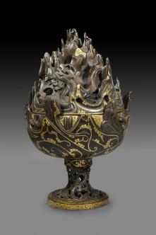 Brûle-parfums en bronze et or découvert en 1968 non loin de Pékin dans une tombe de la province du Hebei (Musée provincial du Hebei). Sa forme évoque les montagnes cosmiques unissant ciel et terre. Sa fonction est de faciliter l'accès au paradis des immortels.