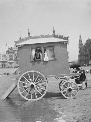 Cabine de bain hippomobile, Ostende(Belgique) Vue stéréoscopique de Sénicourt, 1912
