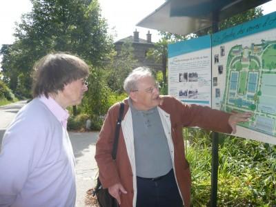 Notre ami Jean-Louis Tissier décrivant à Cabu le site des serres d'Auteuil (photo d'Alain Marcel, mai 2012)