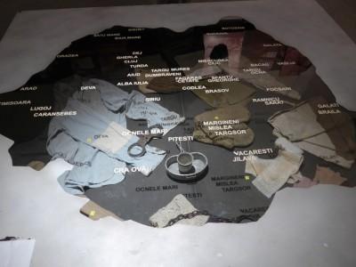 Au Mémorial de Sighetu Marmatiei, une carte «originale» des principales prisons politiques de la Roumanie communiste. On y lit, tout à fait au Nord, la présence de Sighet devenu aujourd'hui Musée-Mémorial (cliché Daniel Oster, juin 2015)