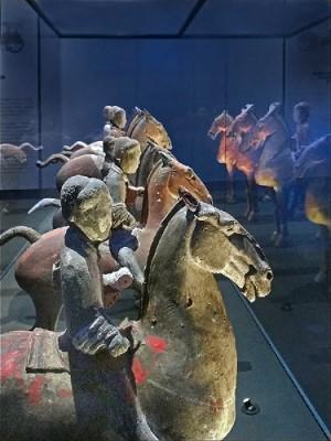 Figurines de cavaliers en terre cuite découvertes en 1965 (Musée de Xianyang, province du Shaanxi). Ces figurines font partie d'un ensemble exceptionnel désigné sous le nom d'«armée des 3 000 guerriers des Han de l'Ouest».