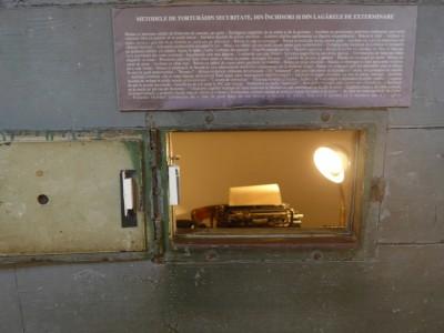 Au Mémorial de Sighetu Marmatiei, reconstitution d'une cellule d'interrogatoire et de torture. Sur la porte de la cellule on peut lire quelques informations sur les méthodes de torture utilisées par la Securitate (cliché Daniel Oster, juin 2015)