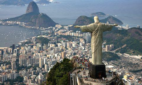 Le plus grand monument Art déco du monde, le Christ rédempteur du Corcovado (une sculpture Paul Landowski en béton armé de 38 mètres de haut inaugurée en 1931). La sculpture domine la baie de Rio de plus de 700 mètres.