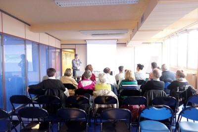 Des élèves des Cafés géo particulièrement attentifs pendant la conférence sur le contrôle aérien (cliché J.-P. Némirowsky)