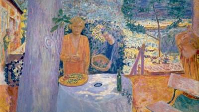 Décor à Vernon, dit aussi La Terrasse à Vernon, 1920-1939 (New York, The Metropolitan Museum of Art). Installé à Vernon, tout près de Giverny, Bonnard représente ici la luxuriance de la nature normande teintée du souvenir des couleurs chaudes du Sud de la France. La composition avec le tronc d'un marronnier au premier plan et les trois femmes aux poses affectées contribue à rendre le tableau énigmatique.