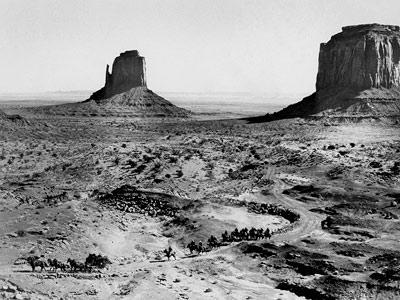 Figure 1 : la diligence, escortée par la cavalerie, dans le décor imposant de la Monument Valley (La Chevauchée fantastique, 1939) (Source : http://www.moma.org/)