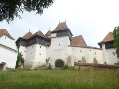 L'église fortifiée de Viscri entourée de son enceinte (en allemand Weisskirch, qui signifie «Eglise blanche») (cliché Daniel Oster, juin 2015).