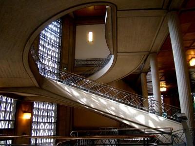L'ancien Musée des travaux publics de la place d'Iéna. Vue du grand escalier intérieur avec son envolée en spirale (site (source: archi59.e-monsite.com)