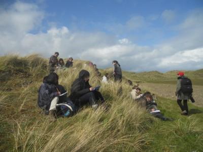Les étudiants dessinent le paysage de Ben Bulben.                        Photo Ch. Le Cœur (15 mai 2012)
