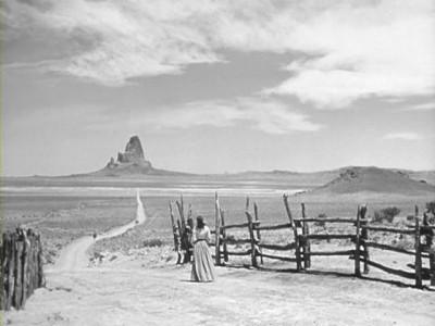 Figure 2 : la femme regarde l'homme affronter seul les grands espaces de l'Ouest (La Poursuite infernale, 1946)