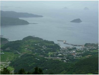 Fig.2: Panorama du littoral de l'île de Hirado-jiùa (archipel des Gotô, Japon) depuis le mont Tainohana vers le sud-ouest et la mer de Chine orientale: le village de Takagoe au premier plan (photo de l'auteur)