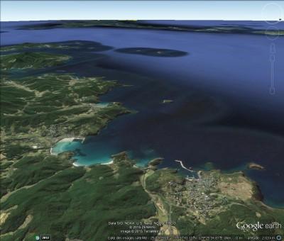 Fig.3:Image 3D oblique Google earth du littoral de l'île de Hirado-jiùa vers le sud-ouest et la mer de Chine orientale, dans le champ de laquelle sont compris les panoramas des deux figures précédentes.