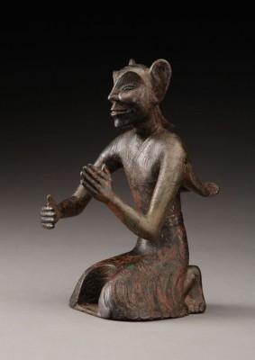 Figure d'immortel en bronze découverte en 1964 sur le site de l'ancienne capitale Chang'an, l'actuelle Xi'an (Musée de Xi'an, province du Shaanxi). Les textes Han précisent que les immortels ont de grandes oreilles, vont par les nuages, et que leur longévité est telle qu'en mille ans aucun ne meurt.