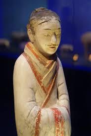 Partie supérieure d'une figurine de fonctionnaire en terre cuite découverte en 1997 (Musée Han Yangling, Xianlang, province du Shaanxi). Sans doute un fonctionnaire civil de la cour impériale avec sa coiffure et sa tenue caractéristiques