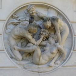 Devant la serre, fontaine avec la Bacchanale de Dalou.