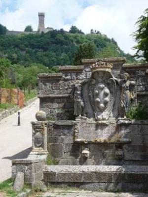 Photo 1 : La fontaine de la poste médicéenne et la forteresse de Radicofani © RCourtot 2011
