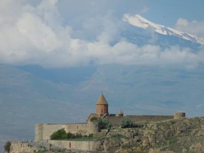 Le monastère-forteresse de Khor Virap en Arménie face au mont Ararat (Cliché de Daniel Oster, mai 2014)