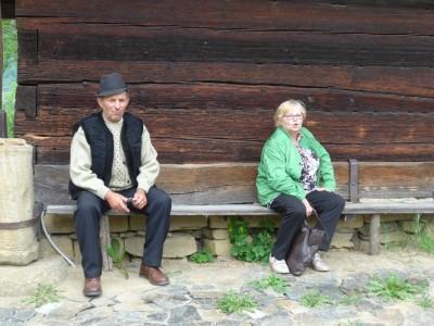 Sur un banc près d'une église en bois, un habitant du Maramures et une touriste française semblent s'adresser au photographe pour lui dire que, contrairement aux apparences, ils ne s'ignorent pas mais cherchent au contraire à se comprendre… (cliché Daniel Oster, juin 2015).