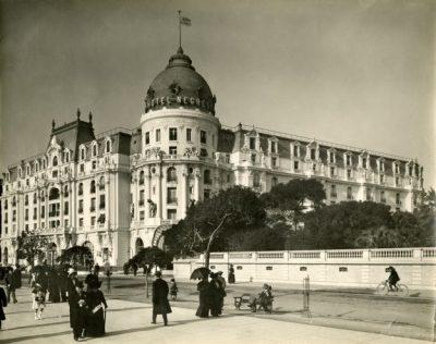 Vue extérieure de l'hôtel Negresco à Nice (Alpes Maritimes). Photographie de J.Gilette,  vers 1911-1913.