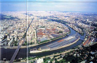 Photo prise en 1997, La Documentation Française, n° 8012, Une industrie française ? Jacques Scheibling En 1997 subsistent l'ensemble des usines Renault, sur l'île Seguin et sur les deux rives de la Seine. La première opération sur le pont de Sèvres est effectuée, dominée par des tours imposantes.