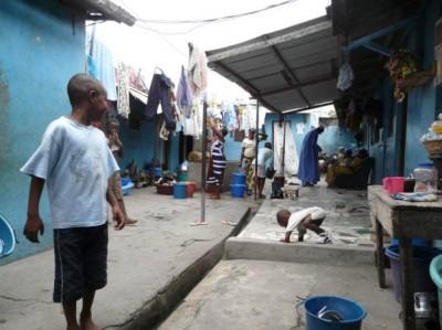 Un espace-cour à Treichville, quartier populaire d'Abidjan Crédits : Bénédicte Tratnjek, 2009
