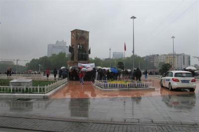 Manifestation sous la pluie, place Taksim, le 9 mai 2014