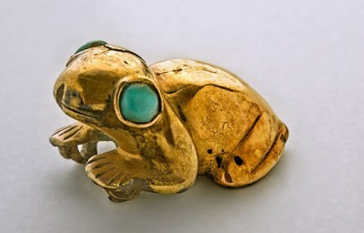 Grenouille en or avec des yeux de turquoise (Chichen Itza, Mexique, postclassique récent). Un magnifique objet de petites dimensions (3,3 cm sur 2,6 cm) aujourd'hui conservé au Musée d'anthropologie de Mérida.