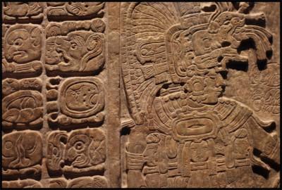 Plaque de jade (datant du Classique récent) avec ses glyphes (partie gauche de la photo)