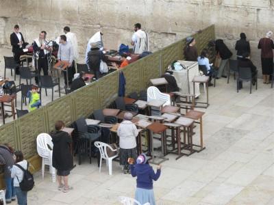 La «mehisa» (séparation) isole les hommes et les femmes qui prient devant le mur (Cliché Maryse Verfaillie, novembre 2015)