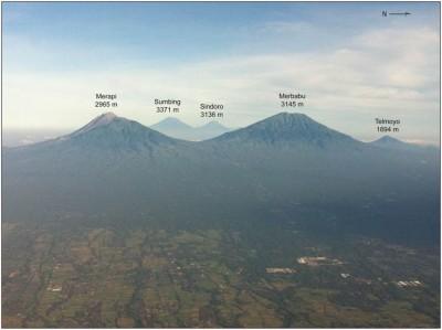Les alignements des volcans javanais et les flancs est du Merapi et du Merbabu, (cliché E. de Bélizal, 2012).
