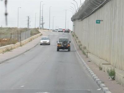 Le mur, béton et fil de fer barbelé: du côté israélien, il est doublé par une route en parfait état. (Cliché Maryse Verfaillie, novembre 2015)
