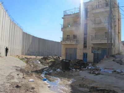 Le village est encerclé par le mur, haut de 8 mètres. Beaucoup d'habitants sont partis.  (Cliché Maryse Verfaillie, novembre 2015)